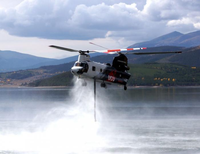 Helicopter picks up water to fight Ptarmigan Fire